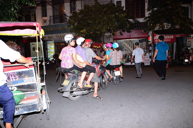 6 persones amb 2 motocicletes - Hanoi