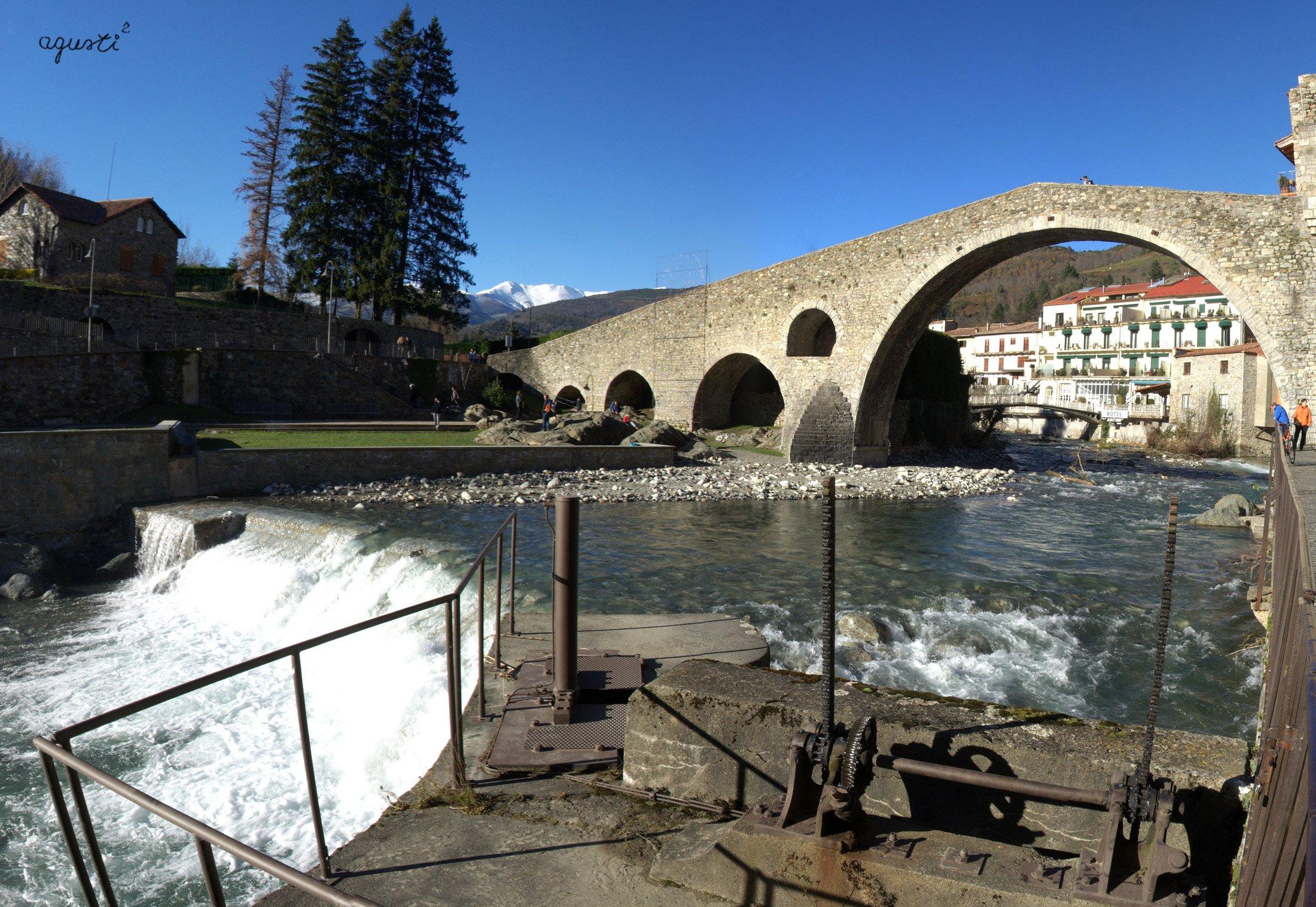 el pont sobre el Ter, als fons el Pirineu nevat